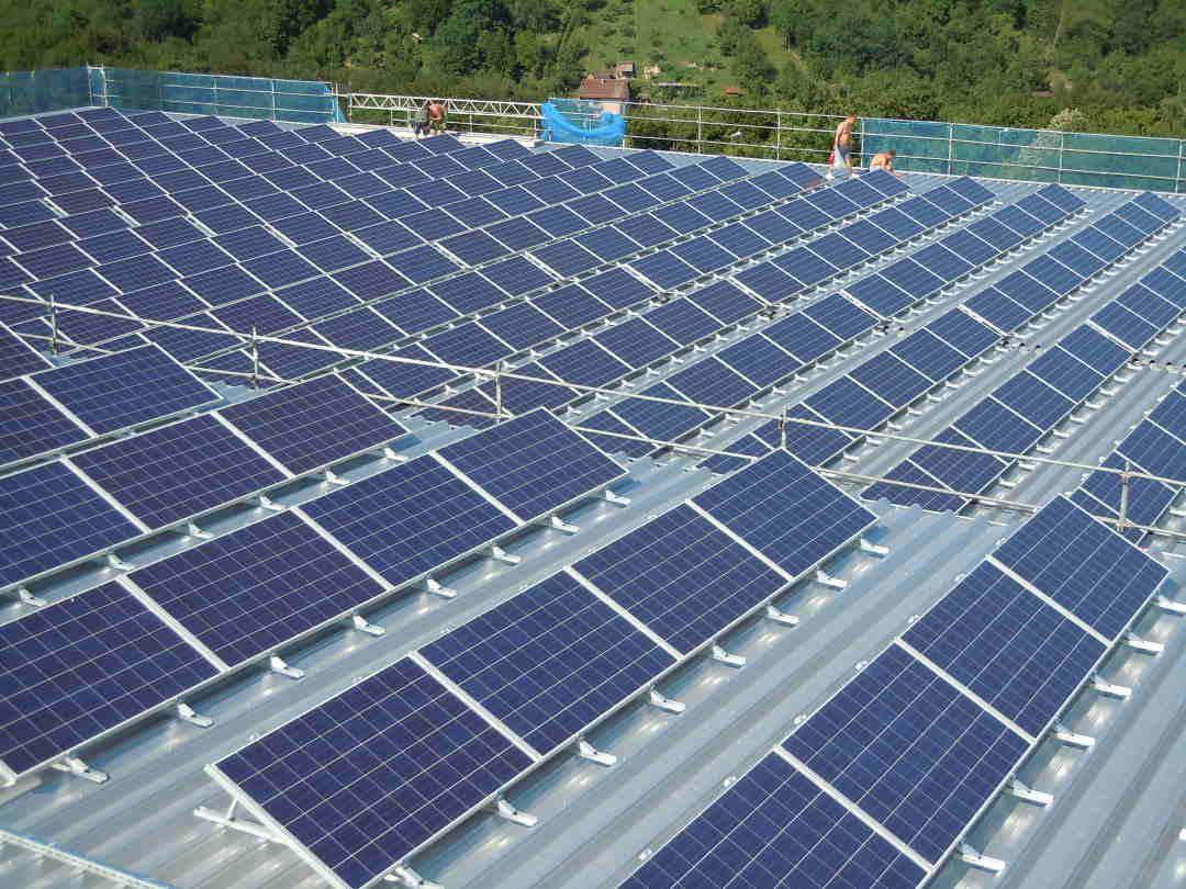 Solarzellen auf Kiesdach
